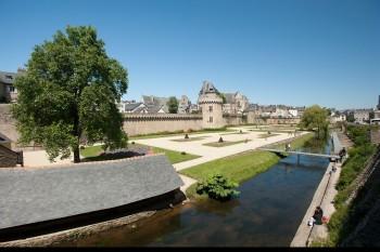 Vue generale des remparts et du jardin des remparts de Vannes, lavoirs et riviere la Marle.